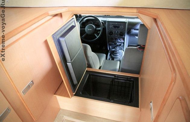 Выход из фургона в кабину Jeep ActionCamper
