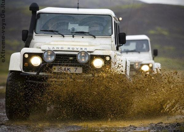 Внедорожник Land Rover Defenders в автотуре по Исландии