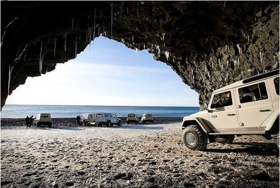 Land Rover Defenders на берегу Атлантического океана