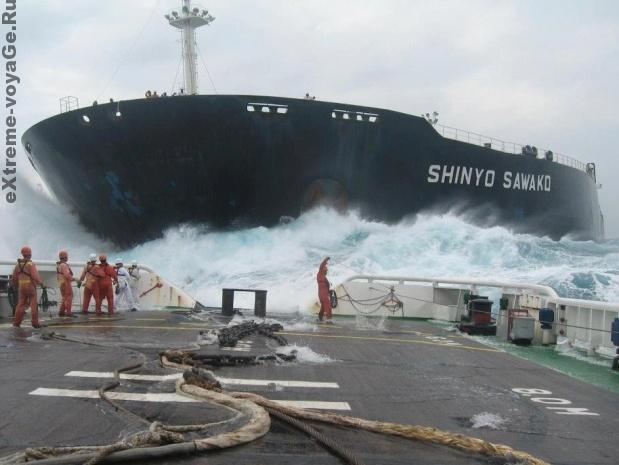 Shinyo Sawako через пару секунд столкнется с судном, на котором находится фотограф.