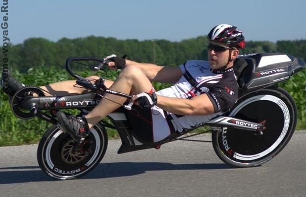 Велосипед TroyTec Liegerad на повороте
