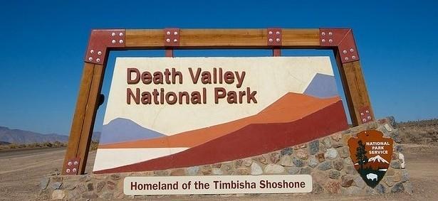 """Национальный парк США  - баннер """"Долина Смерти"""" на въезде"""