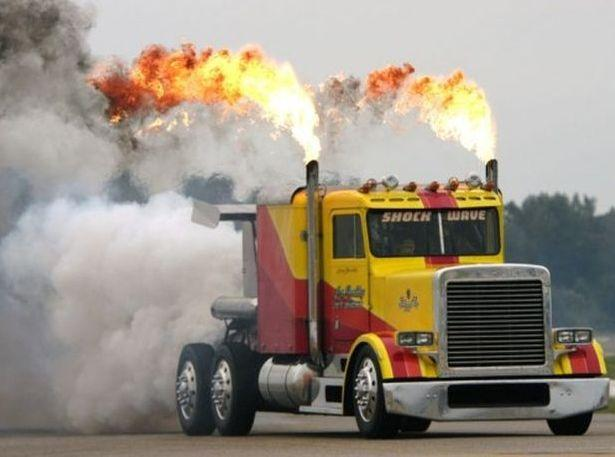 Шоу с участием самого быстрого грузовика в мире Peterbilt Semi