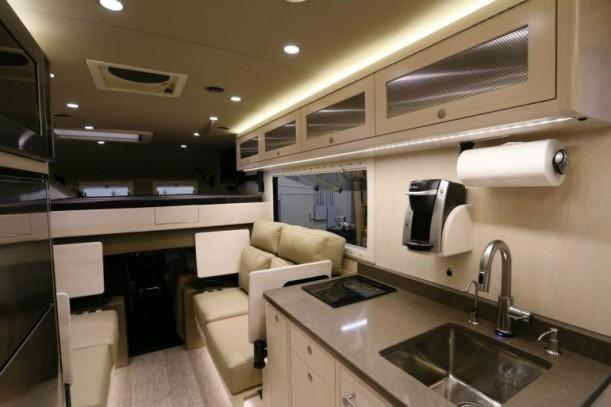 Выход в кабину из салона 2014 EarthRoamer XV-LTS