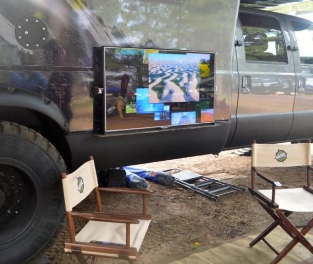 Телевизор в EarthRoamer XV-LTS можно выносить наружу