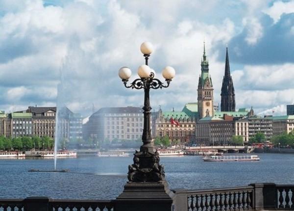 Набережная озера искуственного происхождения Альстер в Гамбурге