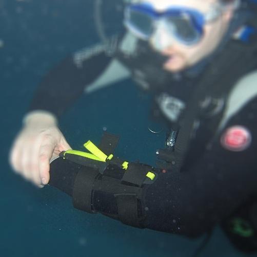 Нож для выживания Extrema Ratio DiCoK на руке пловца