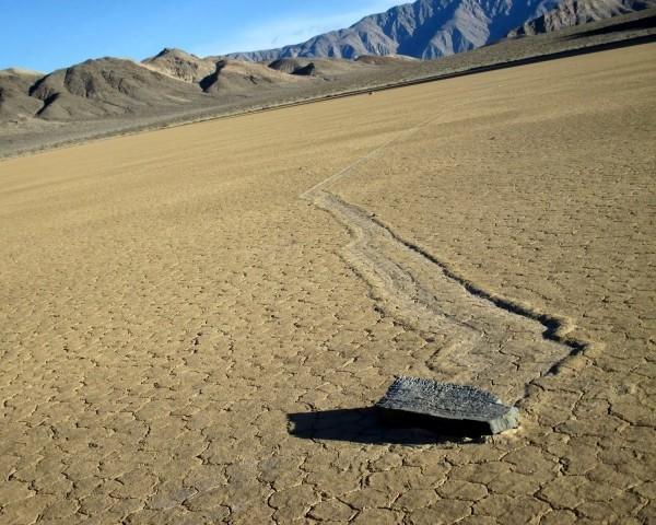 Разгадана вековая тайна движущихся камней Долины Смерти в США