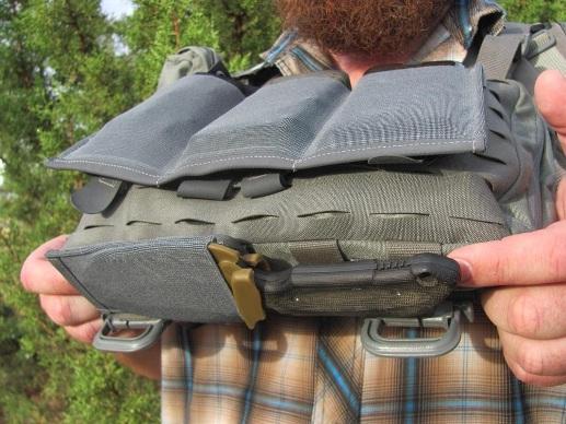 Крепление ножа снизу в сумке Heavy Recon Kit Bag