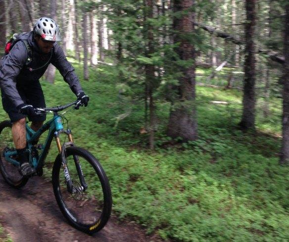 Велосипедист в куртке Mountain Standard MST 007