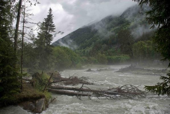 После дождя в горах бывают наводнения
