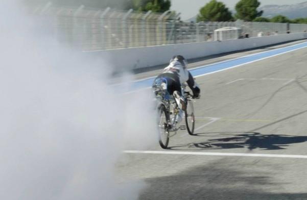 Рекорд скорости на реактивном велосипеде: видео