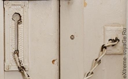 Установите цепь на дверь