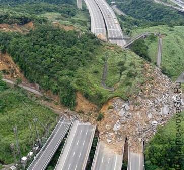 Оползень перекрыл автомагистраль