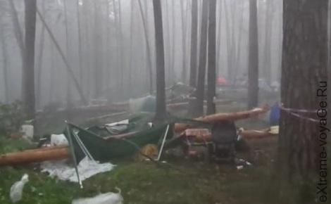 Последствия урагана в лесном палаточном лагере