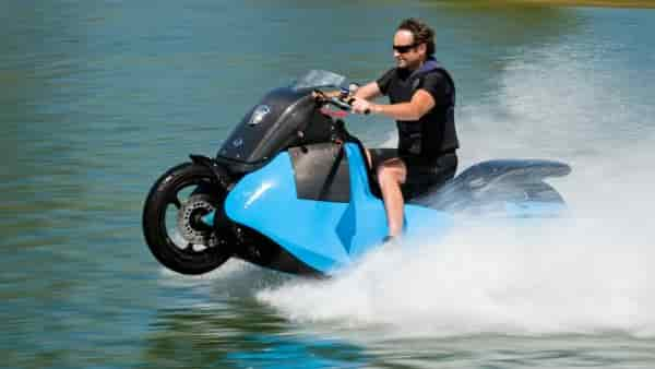 Gibbs Biski: мотоцикл-амфибия на воде