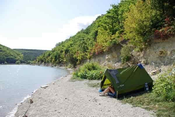Не располагайте палатку на подтопляемых участках берега