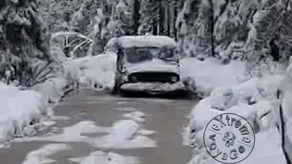 Автомобиль застрял, после дождя ударил мороз и пошел снег