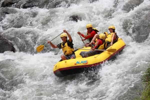 Рафтинг - экстремальный спуск по горным рекам на лодках