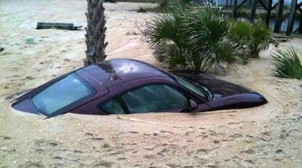Автомобиль в зыбучих песках