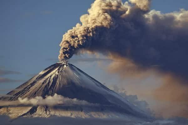 Выброс пепла на Камчатке на высоту 7 км