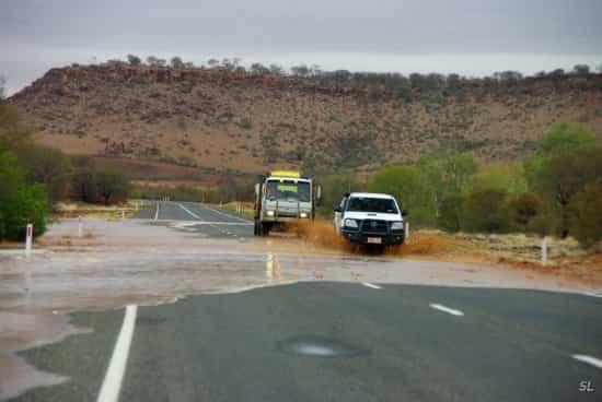 Такие участки дорог в Австралии лучше преодолевать быстро ...