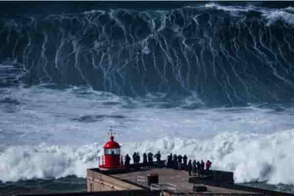 Назаре и другие самые большие волны в мире (видео)