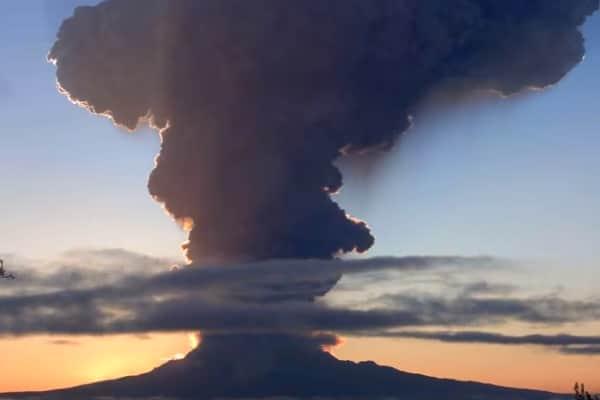 Сегодня вулканы засыпали поселки Камчатки пеплом: видео