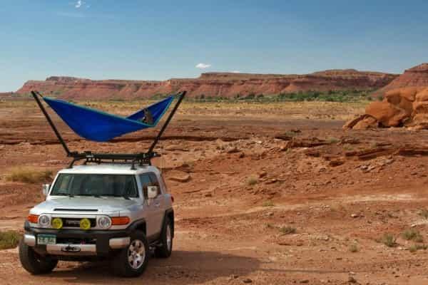 Гамак TrailNest устанавливается на крыше автомобиля